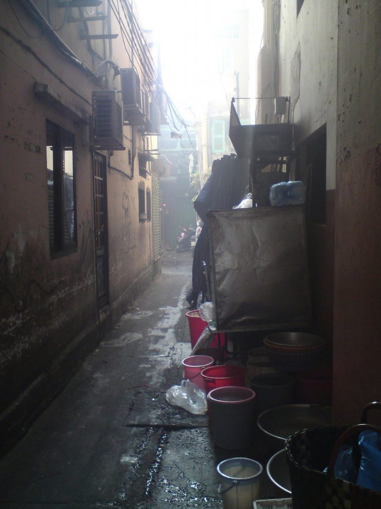 Dark, urban setting - this is the location of the 'nameless eatery' which occupies a narrow alley: Hẻm (alley) 477 An Dương Vương, District 5, Saigon
