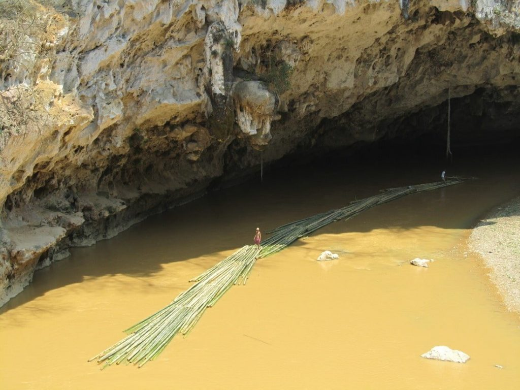 Bamboo raft on the Mã River