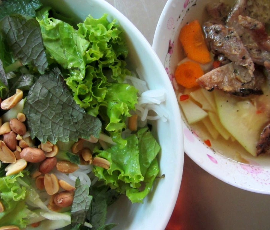 Cold noodles with grilled pork (bún thịt nướng)