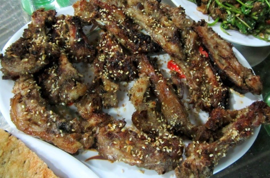 Barbecued ribs with sesame seeds