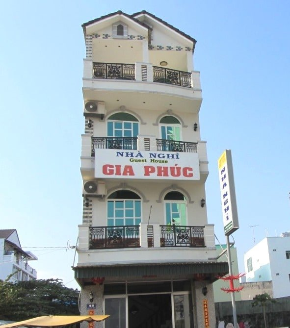 Typical nhà nghỉ town house exterior