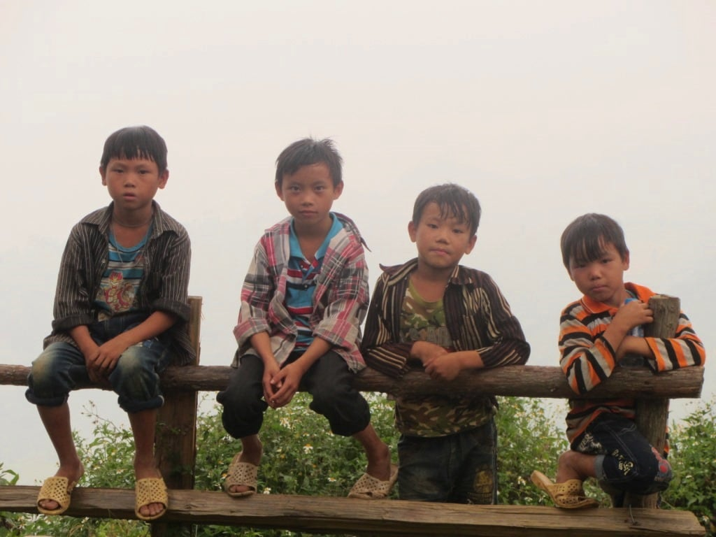 Minority children by the roadside, near Bac Ha