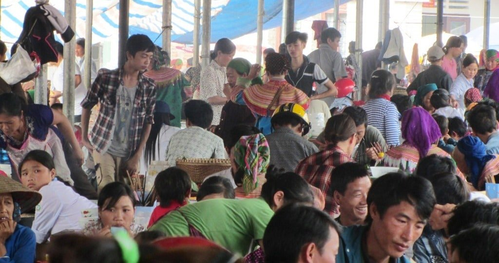 The breakfast crowd, Bắc Hà Market