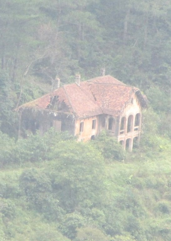 Abandoned French colonial villa, Ba Be