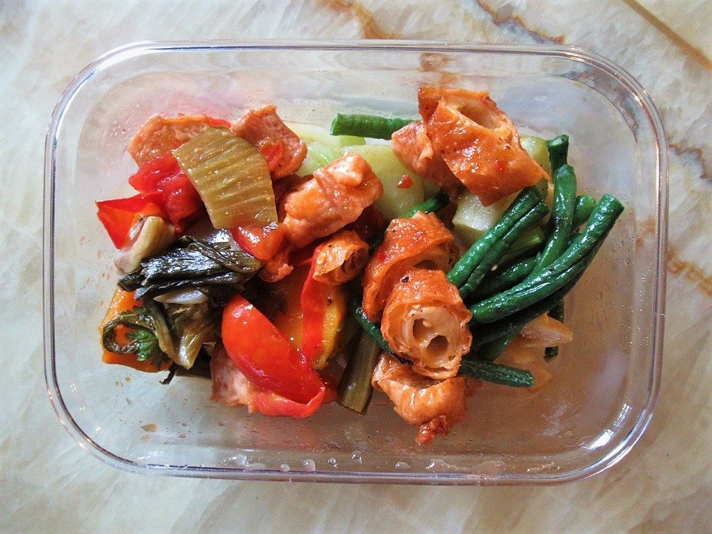 My reusable plastic food container filled with veggies