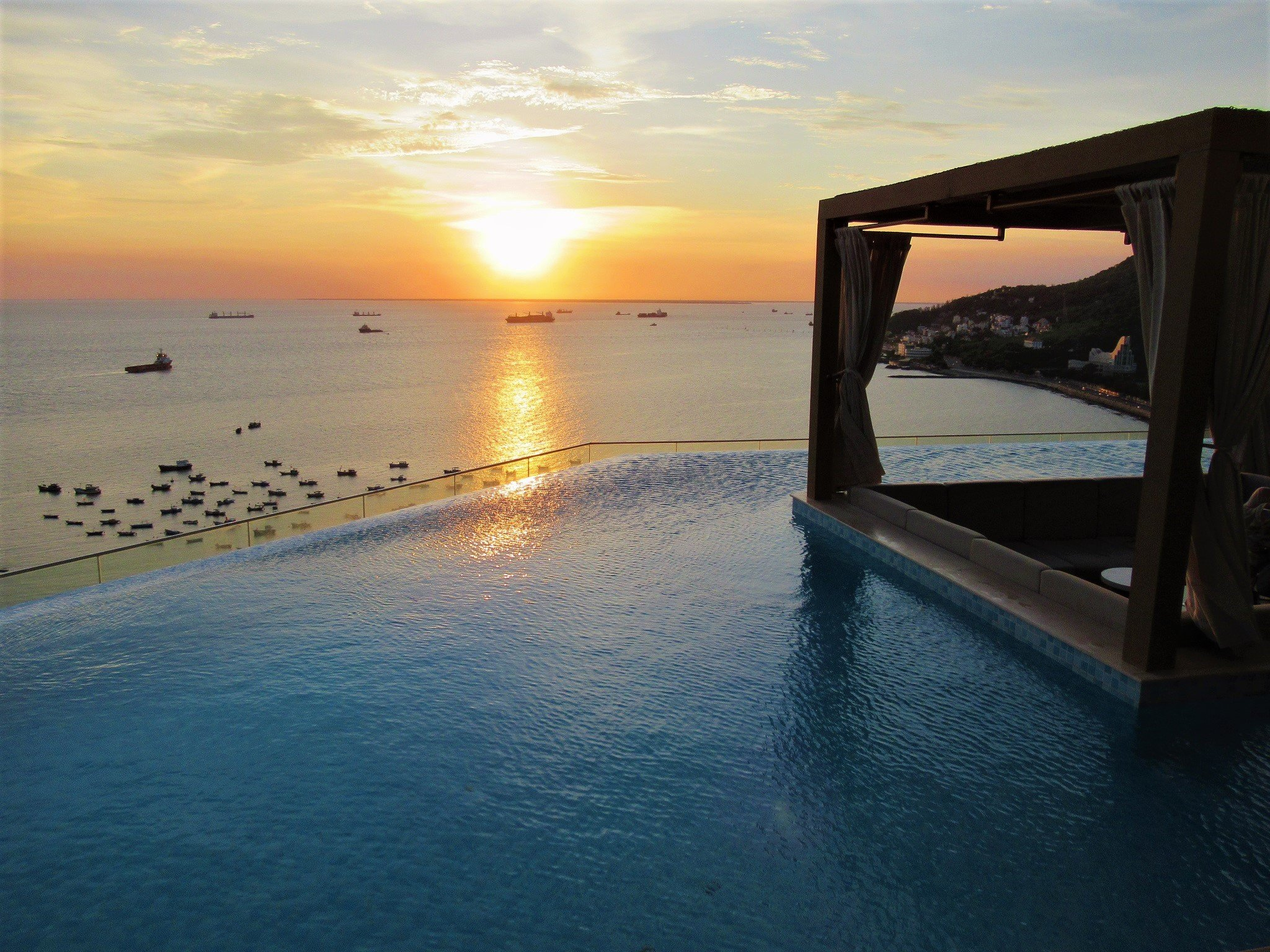 Rooftop Infinity swimming pool, Breeze Bar, Fusion Suites Vung Tau