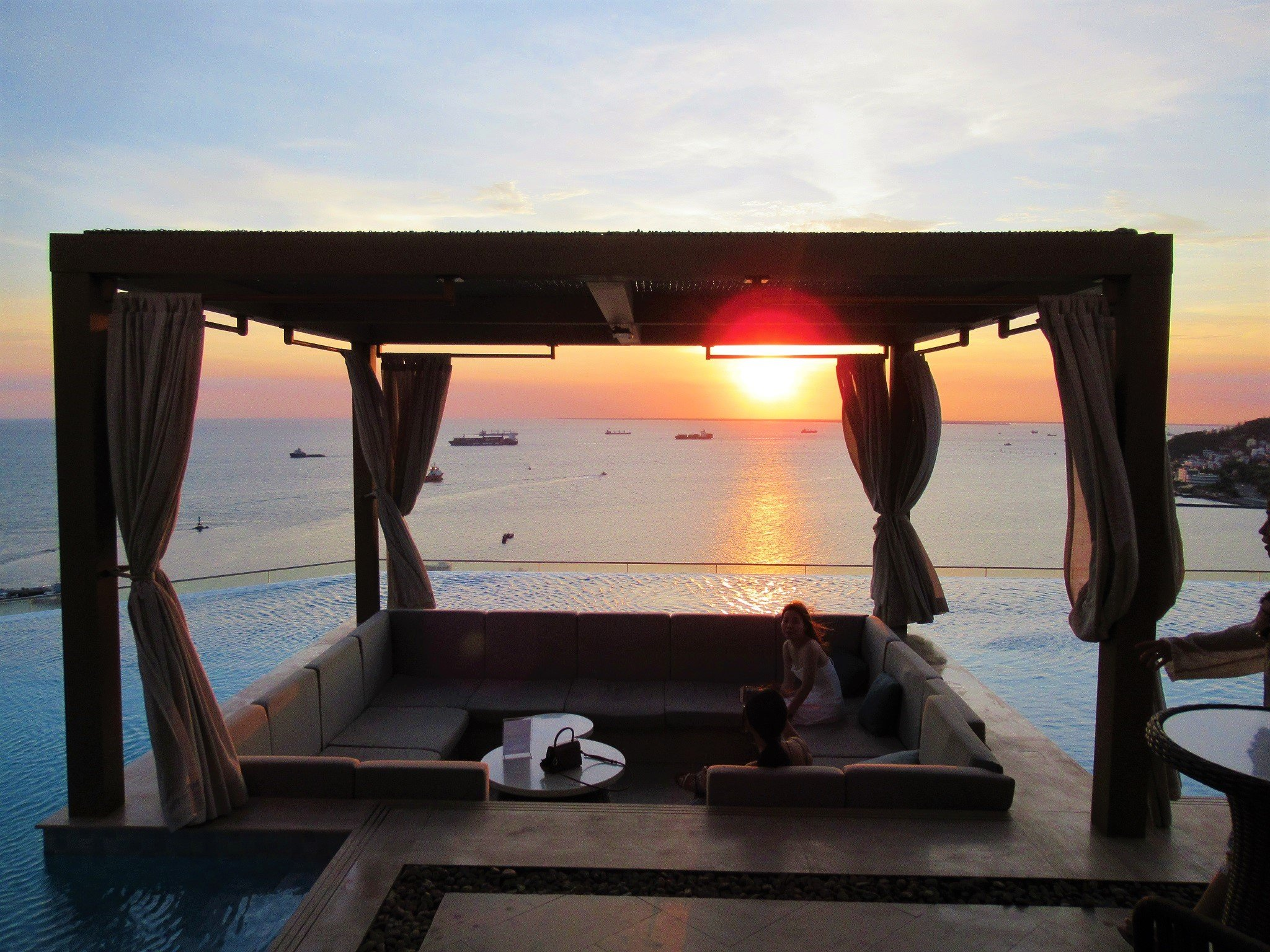 Rooftop infinity swimming pool & Breeze Bar, Fusion Suites Vung Tau